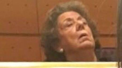 La foto de Rita Barberá dormida en su escaño la subió una senadora de Podemos