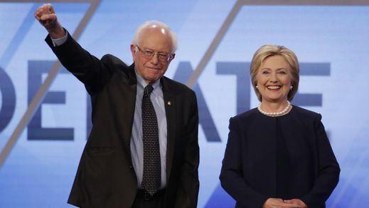 Clinton tira de su rival demócrata Sanders para ganarse el voto joven