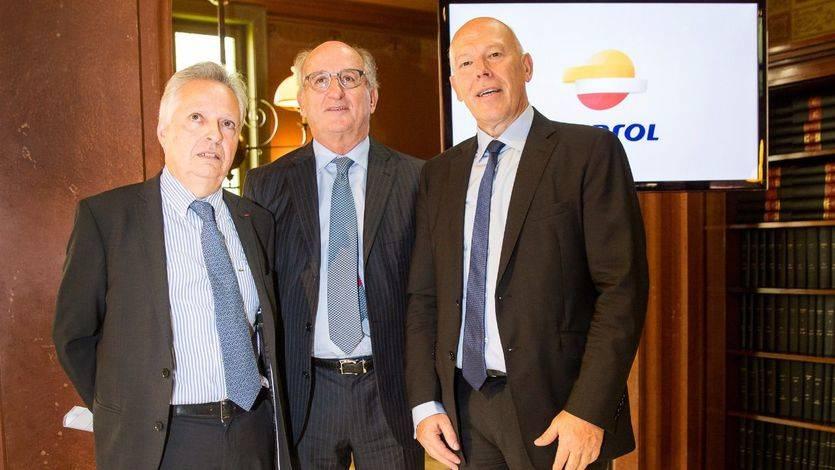 Presidente de Repsol, Antonio Brufau, junto con el Director General de Energía de la Comisión Europea, Dominique Ristori (izquierda) y el Director General de la Comisión Europea por el Cambio Climático, Jos Delbeke (derecha)