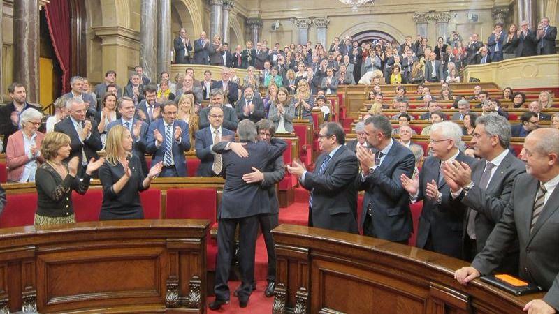 Mas y Puigdemont se abrazan al comienzo del Pleno de Investidura.