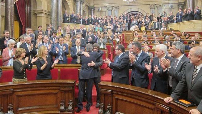Puigdemont supera la cuesti�n de confianza con la amenaza de la CUP de tumbar sus Presupuestos