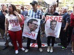 Una calle Ferraz abarrotada recibe la dimisión de Sánchez con abucheos y gritos de 'golpistas' hacia los críticos