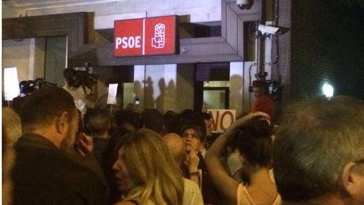 Una calle Ferraz abarrotada recibe la dimisión de Sánchez con abucheos y gritos de