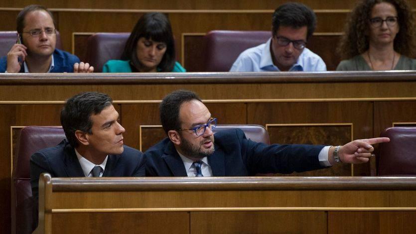 Elegante reestructuración del PSOE en el Congreso: Sánchez cambia de escaño, pero no a la sombra de Madina