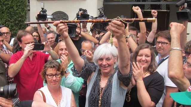 El Gobierno de Badalona desobedece al juez que prohibió trabajar el 12-O junto a otros 40 ayuntamientos de ERC
