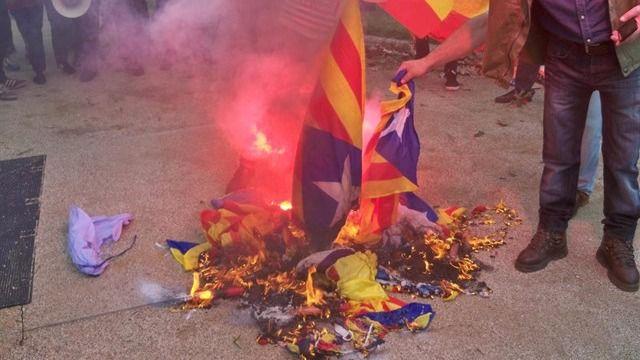 Banderas independentistas quemadas por la extrema derecha en Barcelona