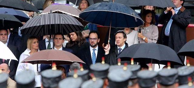 El 12-O se convierte en una metáfora de la investidura: dirigentes de PP y PSOE, bajo el mismo paraguas