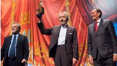 Sacristán, entre Manuel Galiana y Toni Isbert, muestras el premio a los asistentes a la gala en el Teatro Circo de Albacete