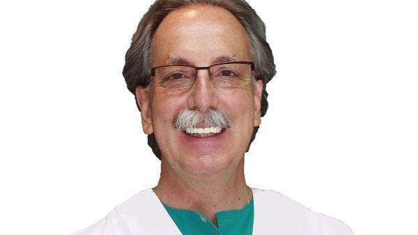 El Dr. Antonio Rey Gil, sobre los implantes dentales MIDI: 'Se colocan sin abrir la encía'