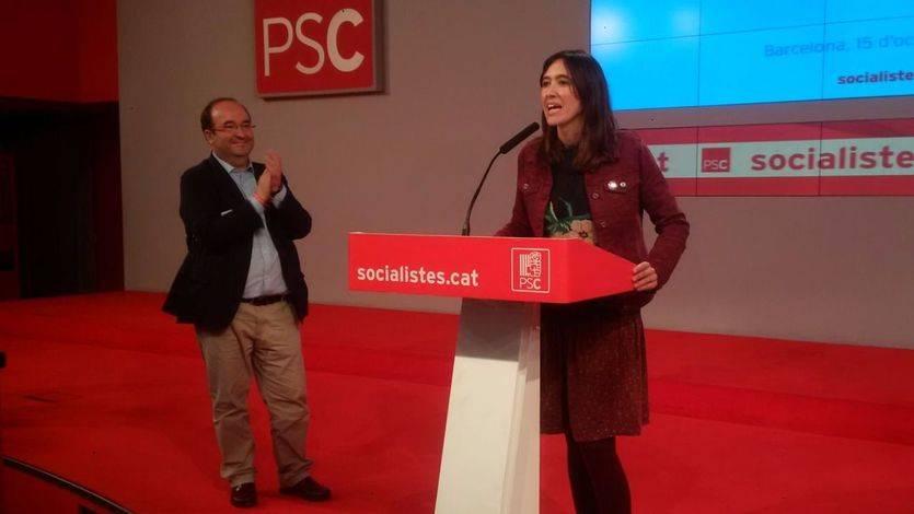 Miquel Iceta aplaude a Nùria Parlon, que se puso a su disposición tras conocer los resultados de las primarias del PSC.
