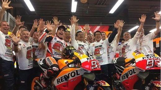 Lorenzo y Rossi 'caen' ante Marquez para darle su tercer título en Moto GP