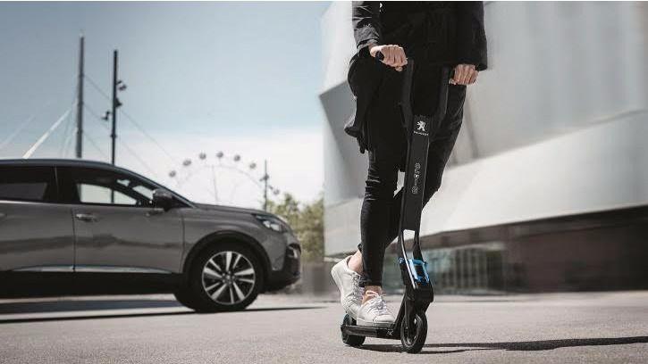 Peugeot 3008, el único vehículo con un patinete eléctrico como opción de equipamiento