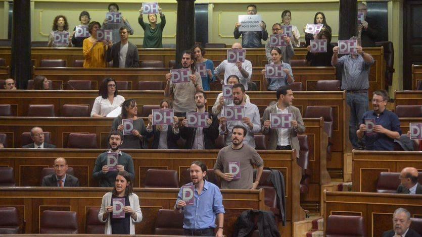 Podemos escenifica una protesta contra los CIE durante el pleno del Congreso