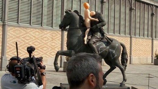 Franco cae del todo: tumban la estatua ecuestre del dictador en la exposición de Barcelona