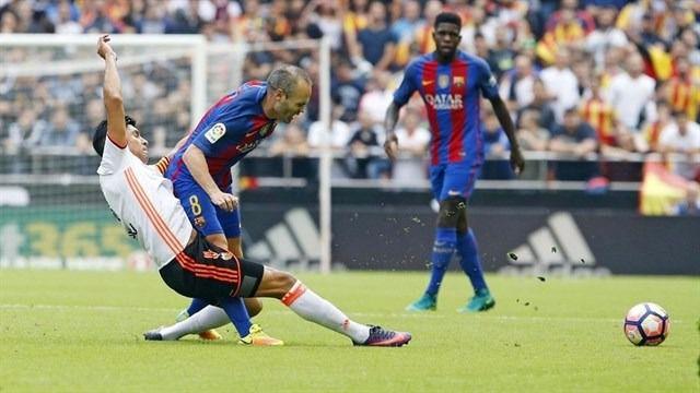 La jugada en la que se lesionó Iniesta.