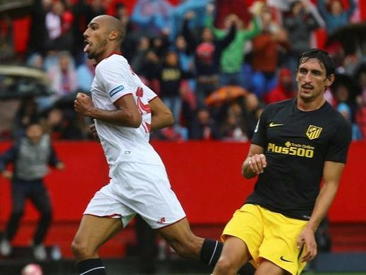 El Sevilla arrebata el liderato al Atlético en un partido que siempre fue suyo (1-0)