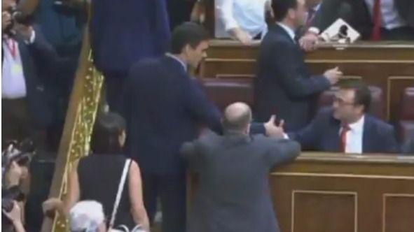 Momento de la llegada de Pedro Sánchez al Hemiciclo. De espaldas, Antonio Hernando.