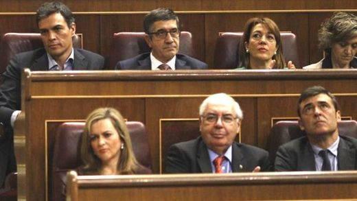 El 'show' de Pedro Sánchez en su escaño: no aplaudió a Hernando, se centró en su móvil...