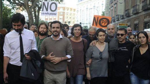 Diputados de Podemos e IU acuden al 'Rodea el Congreso' entre aplausos