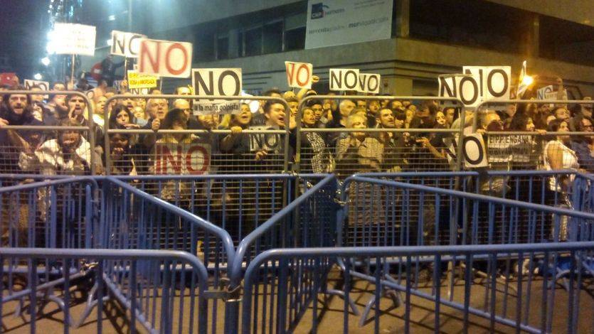 Manifestantes de 'Rodea el Congreso' arrojan objetos a los representantes de Ciudadanos