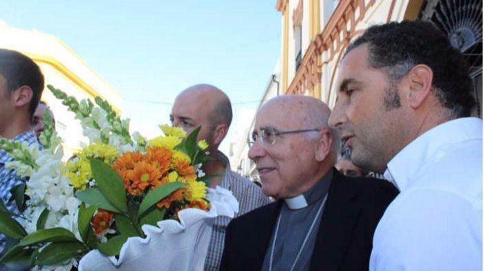 El socialista alcalde de Moguer hace una ofrenda a la Virgen de Montemayor junto al obispo de Huelva