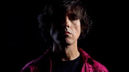 Guillermo Rayo lanza sus 'Piedras rulantes' adornadas con ironía, lirismo y letras mordaces en su nuevo disco