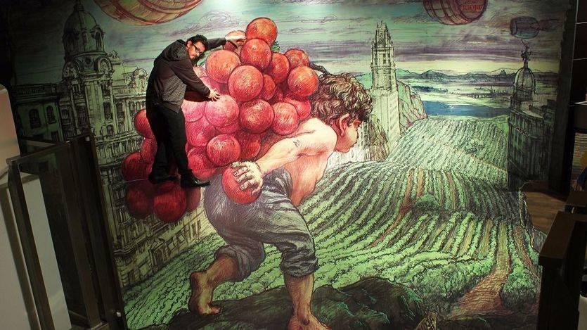 El vinilo en 3D de Eduardo Relero permite que el cliente pueda subirse al gigante racimo de uvas que Baco lleva a su espalda sin mover un pie del suelo