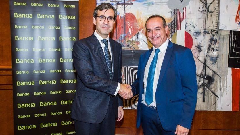 Eugenio Solla, director territorial Madrid Norte de Bankia y Miguel Ángel Leal Casado, presidente de la Asociación Gremial del Auto-Taxi de Madrid