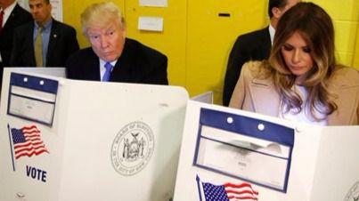 Donald Trump vota entre abucheos y un 'top-less' incluido