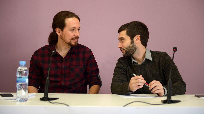 El líder de Podemos, Pablo Iglesias, junto al secretario internacional, Pablo Bustinduy