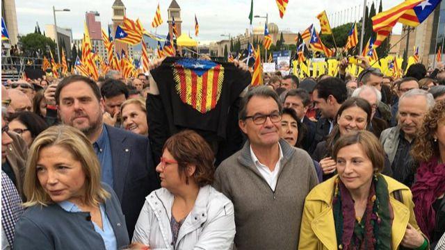 Miles de personas protestan en Barcelona por las acciones judiciales contra el proceso independentista