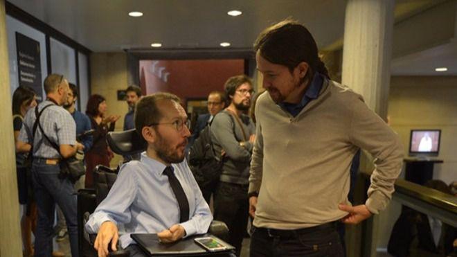 Pablo Iglesias charla con Pablo Echenique durante una visista a Aragón