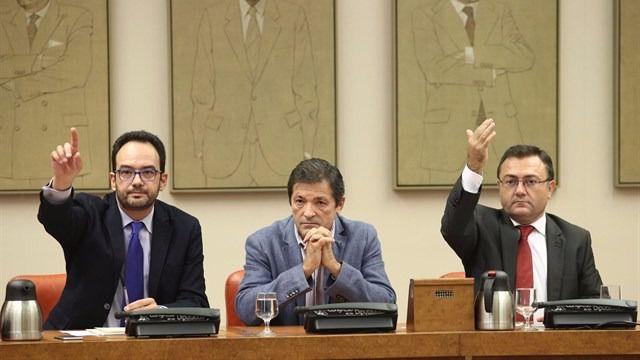 El PSOE se vuelve a alinear con PP y Ciudadanos para 'tumbar' una iniciativa sobre topes salariales