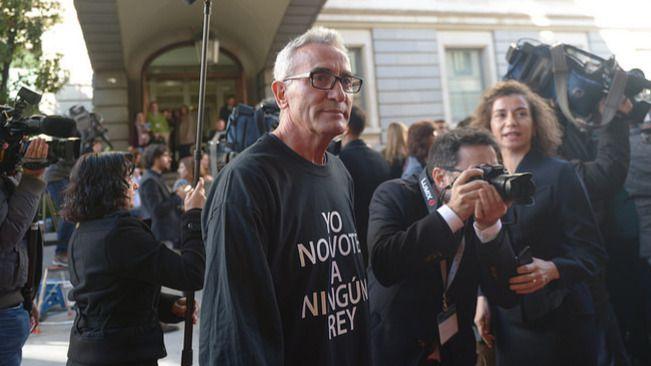 El diputado de Unidos Podemos Diego Cañamero con una camisa de 'Yo no voté a ningún Rey'