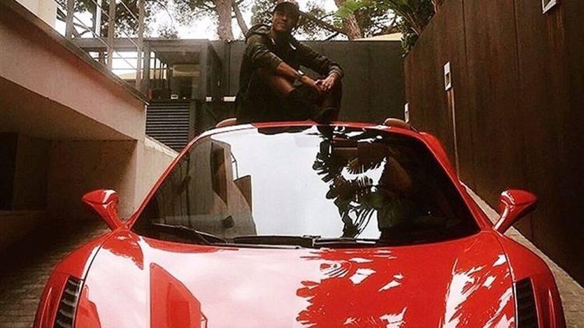 Neymar con su Ferrari