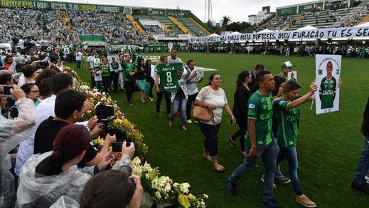 El fútbol consuela a la afición del Chapecoense declarándole campeón de la Copa Sudamericana