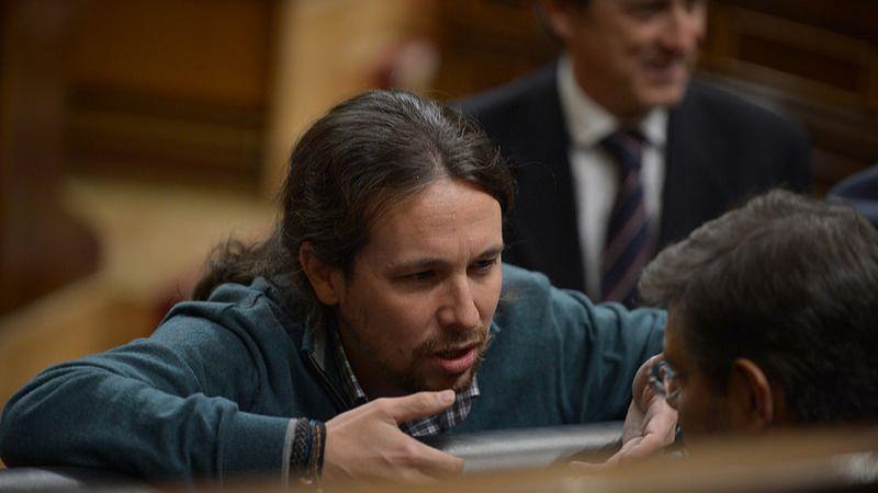 Iglesias habla con el ministro Rafael Catalá en el Congreso de los Diputados