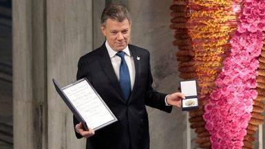 Santos recibe uno de los premios Nobel de la Paz más frágiles de la historia
