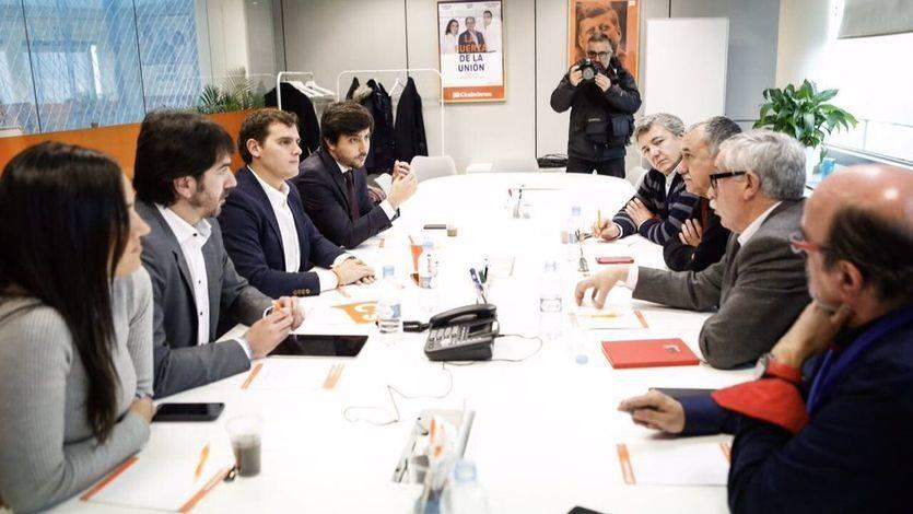 Rivera y otros dirigentes de Ciudadanos se reúnen con los sindicatos en la sede el partido