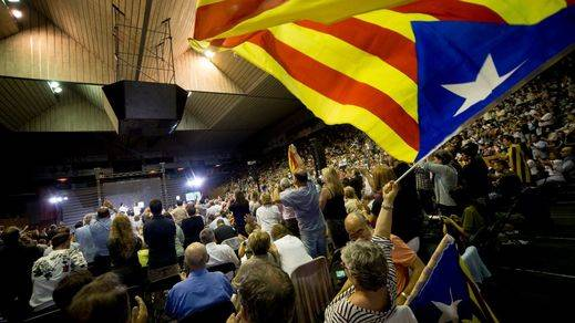 El Constitucional paraliza el acuerdo del Parlament para convocar el referéndum en Cataluña