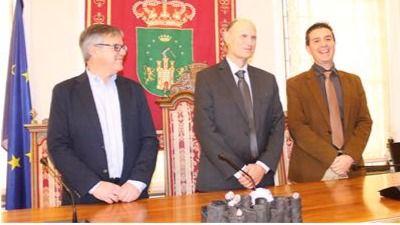 El científico albaceteño entre el presidente de la Diputación, a su izquierda, y el alcalde de Hellín.
