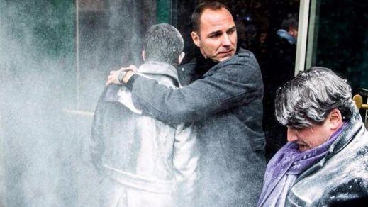 Atacan con harina a Manuel Valls, ex primer ministro francés y aspirante a la presidencia