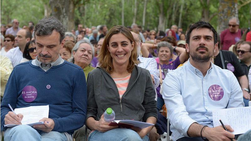 Lorena López Ruiz entre José Manuel López (izquierda) y Espinar (derecha) en una pasada reunión de Podemos