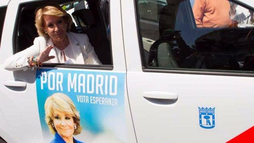 Esperanza Aguirre en un taxi con publicidad electoral