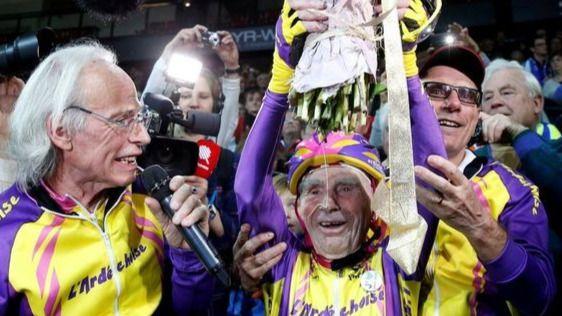 Otra hazaña del ciclista más viejo del mundo: Robert Marchand, de 105 años, bate el récord de la hora en su categoría