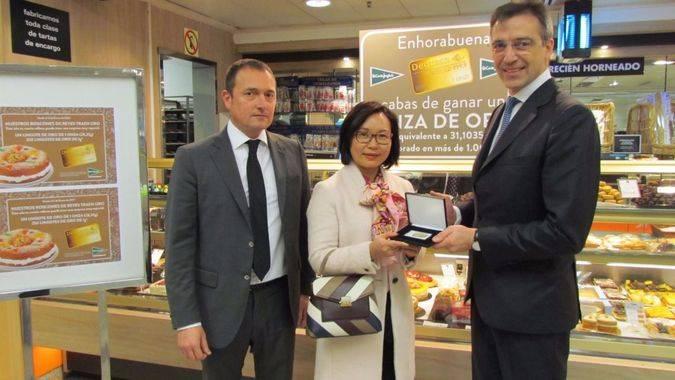 Rafael Oltra y Jens Weidenbach en la entrega del lingote de oro a Chen Domqiu