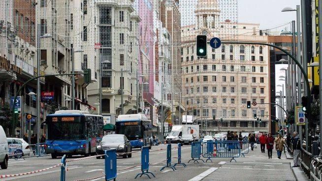 Corte de varios carriles de tráfico rodado para ampliar las aceras de la calle Gran Vía