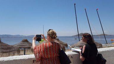 Turista fotografiando el paisaje