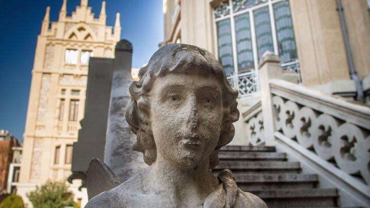 Detalle de la fachada del Colegio de Nuestra Señora del Pilar