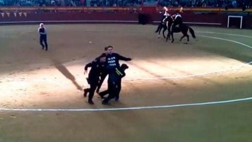 Un antitaurino detenido tras saltar al ruedo en Valdemorillo graba los insultos y golpes de un guardia civil (vídeo)